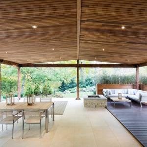 Ogromne, przestronne tarasy są naturalnym przedłużeniem wnętrza domu. Stanowią także miejsce wypoczynku i spożywania (a nawet przygotowywania) posiłków. Projekt: Architecture Open Form. Fot. Adrien Williams.