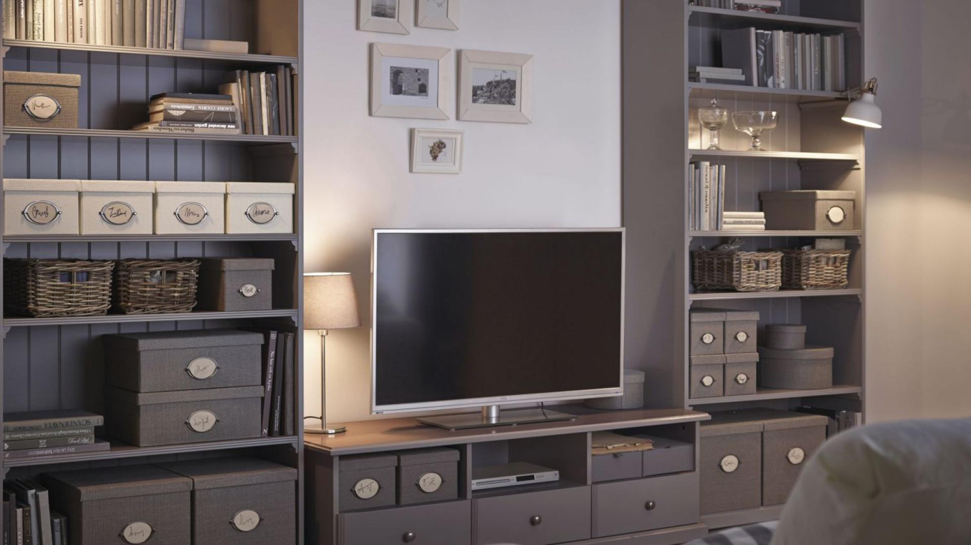 Meble z kolekcji IKEA. Elegancką komodę uzupełniają pojemne regały. Fot. IKEA.