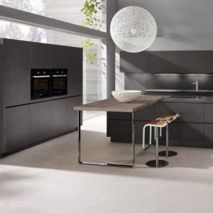 Fronty Lava Grey o strukturze kamienia nadały tej nowoczesnej kuchni nieziemski wygląd. Ciemnoszary kolor zamknięty w proste formy prezentuje się bardzo wykwintnie. Fot. Alno, meble z programu Alnostar Dur.
