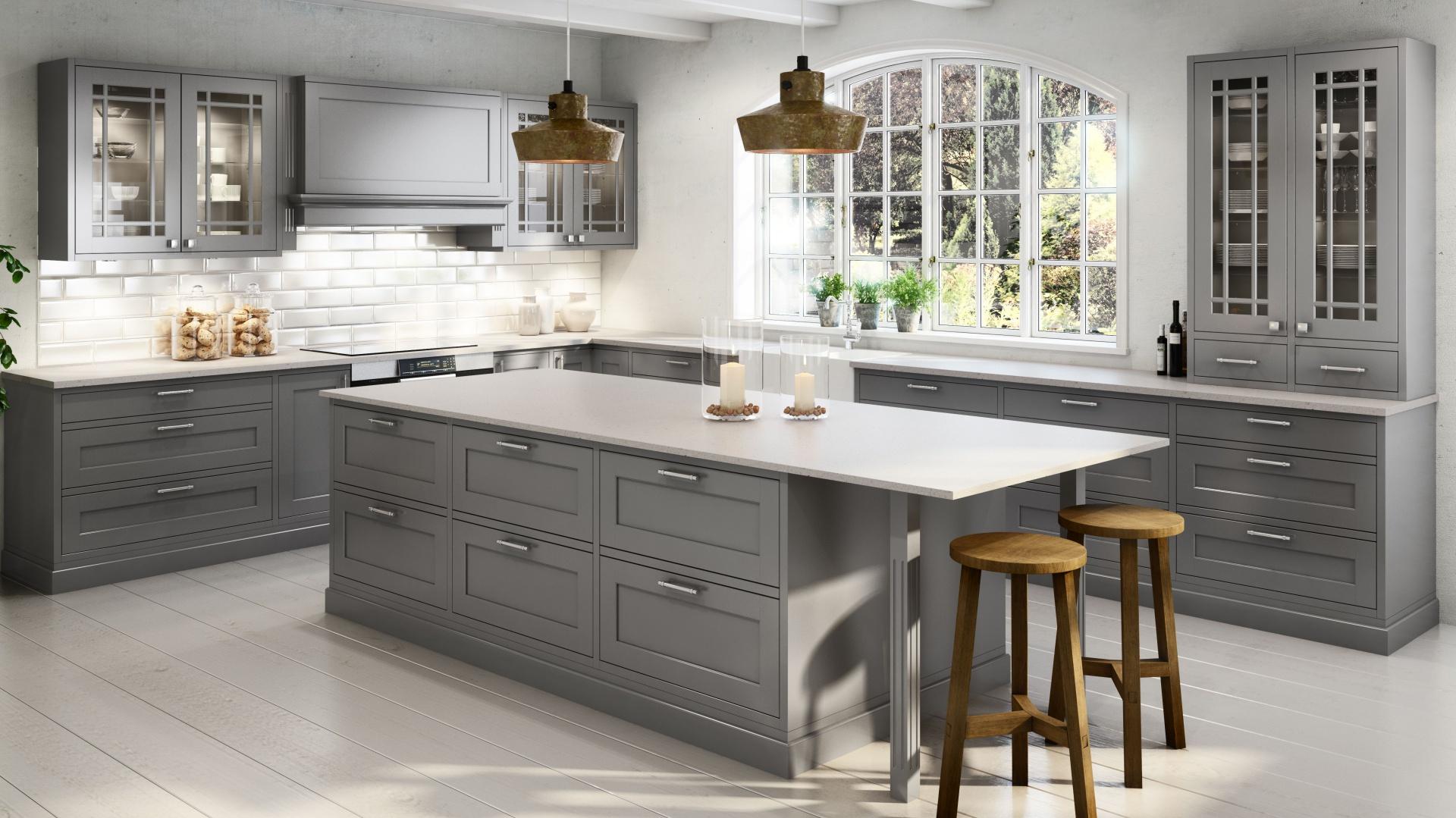 Szara kuchnia utrzymana w klasycznym stylu zachwyca prostymi frezowaniami, przeszkleniami, które dekorują ciekawie układające się szprosy oraz dekoracyjnymi, metalowymi uchwytami. Fot. Sigdal, kuchnia Scala Inframe.