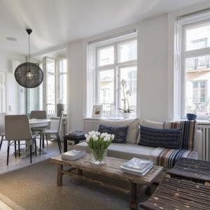 Duże okna to niewątpliwy atut tego mieszkania. Fot. SvenskFast.se