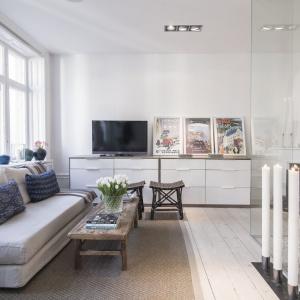 Właściciele postawili na neutralne kolory i naturalne materiały. Fot. SvenskFast.se
