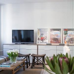 Fronty mebli w salonie dodatkowo optycznie powiększają przestrzeń. Fot. SvenskFast.se