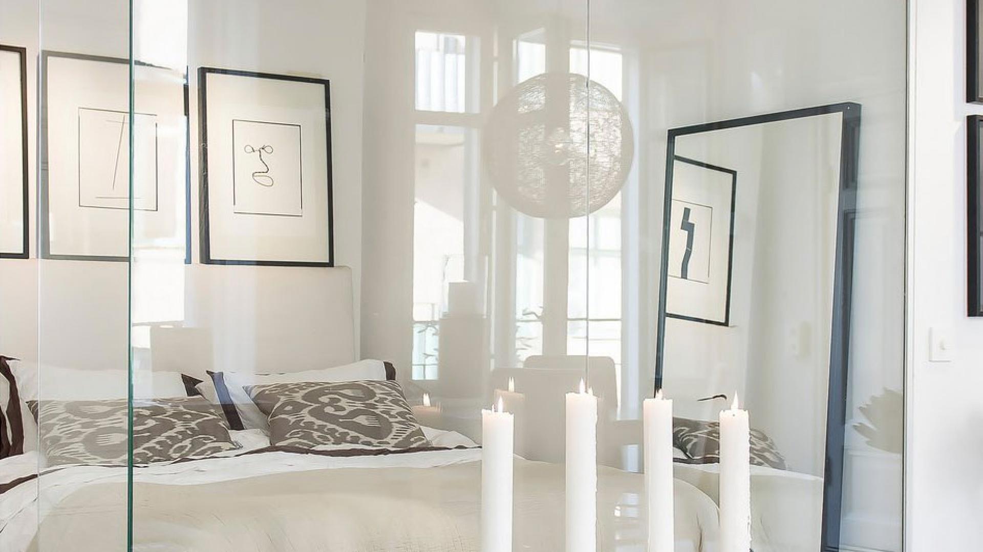 Ciekawy pomysł na dekorację - masywne świece stojące na podłodze w stylowym świeczniku. Fot. SvenskFast.se