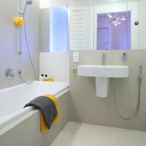 Wygodna wanna ułatwia kąpiel dzieci. Nad wanną jest przeszklenie w ścianie  do gabinetu. Fot. Bartosz Jarosz.