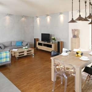 Salon i jadalnia w jednym pomieszczeniu to doskonałe miejsce na większe przyjęcia. Tuż po kolacji można się swobodnie przenieść na sofę. Projekt: Marta Kruk. Fot. Bartosz Jarosz.