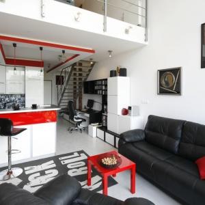 Szarości, biel iczerń to główne składniki aranżacji loftu. Czerwień zastosowana jako dodatek sprawiła, że wnętrze nabrało niezwykłej energii.