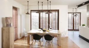 Urządzenie nowoczesnej jadalni może być proste. Odpowiednio dobrana lampa nad stołem nada ton całemu wnętrzu.