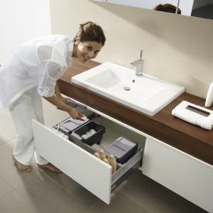 Odpowiednie wyprofilowanie tylnej ścianki szuflady pozwala na maksymalne zagospodarowanie miejsca pod umywalką. To rozwiązanie firmy Hettich do mebli na zamówienie. Fot. Hettich.