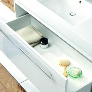 Duża szuflada do indywidualnej aranżacji przestrzeni – szafka podumywalkowa Decora firmy Aquaform. Fot. Aquaform.