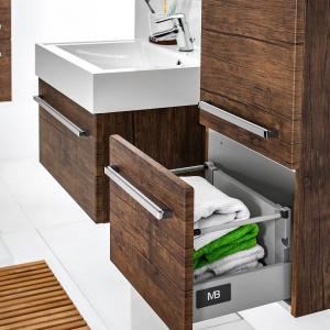 Mimo ciężkiej zawartości szuflady będą się lekko zamykały bez trzaskania, dzięki systemowi  cichego domykania - meble Sycilia firmy Antado. Fot. Antado.