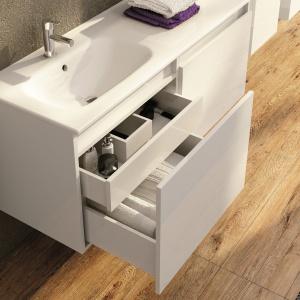 Front wewnętrznej szuflady (z cichym domykaniem) jest wykończony tak, jak lico szuflady głównej – szafka łazienkowa Atu firmy Elita. Fot. Elita.