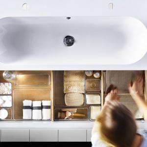 Przezroczyste przegródki ułatwiają odnalezienie drobiazgów - do szafki pod umywalkę Godmorgon/Braviken firmy IKEA. Fot. IKEA.