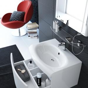 Szafka pod umywalkę z owalnym frontem też może mieć szufladę z praktycznymi przegródkami -  model Evolution SDS firmy Ravak. Fot. Ravak.