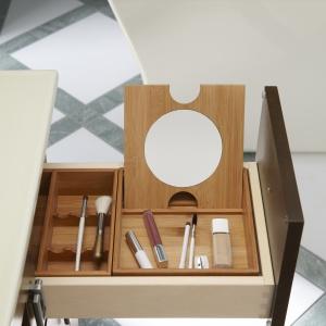 Z organizerem na przybory do makijażu – szafka łazienkowa firmy Kohler. Fot. Kohler.