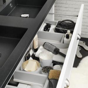 Małe i duże przegródki ułatwiają utrzymanie porządku w szufladzie i maksymalne wykorzystanie przestrzeni – szafka podumywalkowa Canto firmy Tiger. Fot. Tiger/Coram.