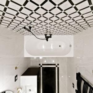 W łazience króluje szlachetny marmur, nadając tej przestrzeni charakter luksusowego salonu kąpielowego. Projekt: Indre Sunklodiene. Fot. Leon Garbačauskas.