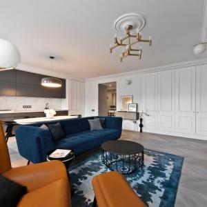 Mieszkanie jest nowoczesne, ale z widocznymi inspiracjami klasyczną estetyką. Nie ma tu jednak nadmiernej dekoracyjności, a wszystko harmonijnie ze sobą współgra. Bauhaus. Projekt: Indre Sunklodiene. Fot. Leon Garbačauskas.