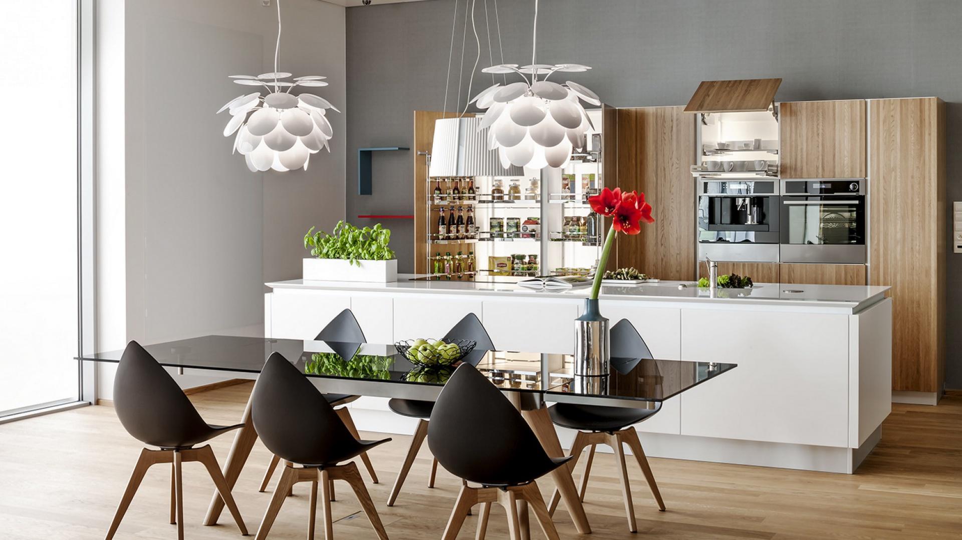 Trójkąt roboczy wyznaczają najważniejsze sprzęty w kuchni – lodówka, płyta grzewcza i zlewozmywak. Fot. Peka.