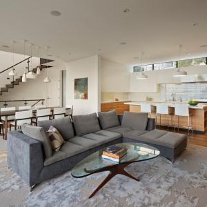 Wnętrze urządzono w stonowanych kolorach. Dominują tutaj szarość, biel i jasne brązy pod postacią naturalnego drewna. Projekt: Studio Vara. Fot. Bruce Damonte.