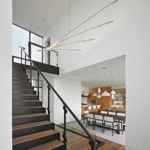 Klatka schodowa jest elementem architektury budynku, który odgradza od siebie strefę dzienną i nocną. Projekt: Studio Vara. Fot. Bruce Damonte.