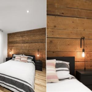 Na ścianie za zagłówkiem w sypialni widnieją stare drewniane belki, które - podobnie jak cegła w strefie dziennej - są elementem oryginalnej konstrukcji budynku. Projekt: Bourgeois / Lechasseur Architects. Fot. Adrien Williams.