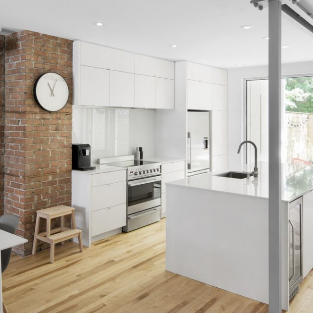 Nowoczesne wnętrze: mieszkanie z cegłą na ścianie