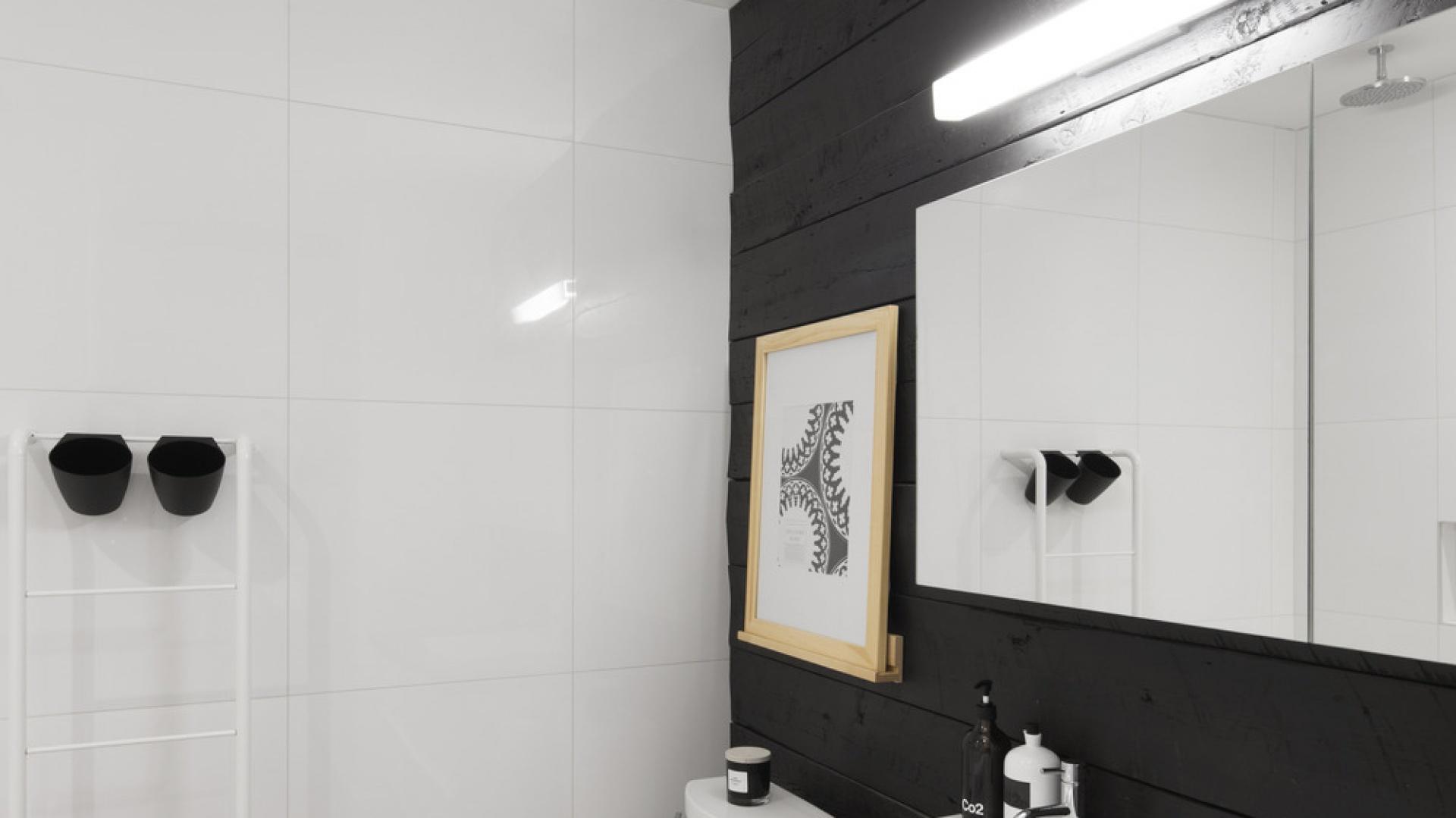 Belki znalazły się również na ścianie oraz blacie w łazience. Ich surowa faktura harmonizuje z lakierowanym betonem na posadzce. Projekt: Bourgeois / Lechasseur Architects. Fot. Adrien Williams.