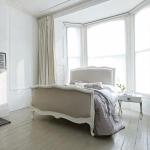 Biel idealnie pasuje do mebli stylizowanych. Podkreśla ich elegancką formę, ale też nadaje nieco masywnym bryłom wizualnej lekkości. Fot. Sweetpea & Willow.