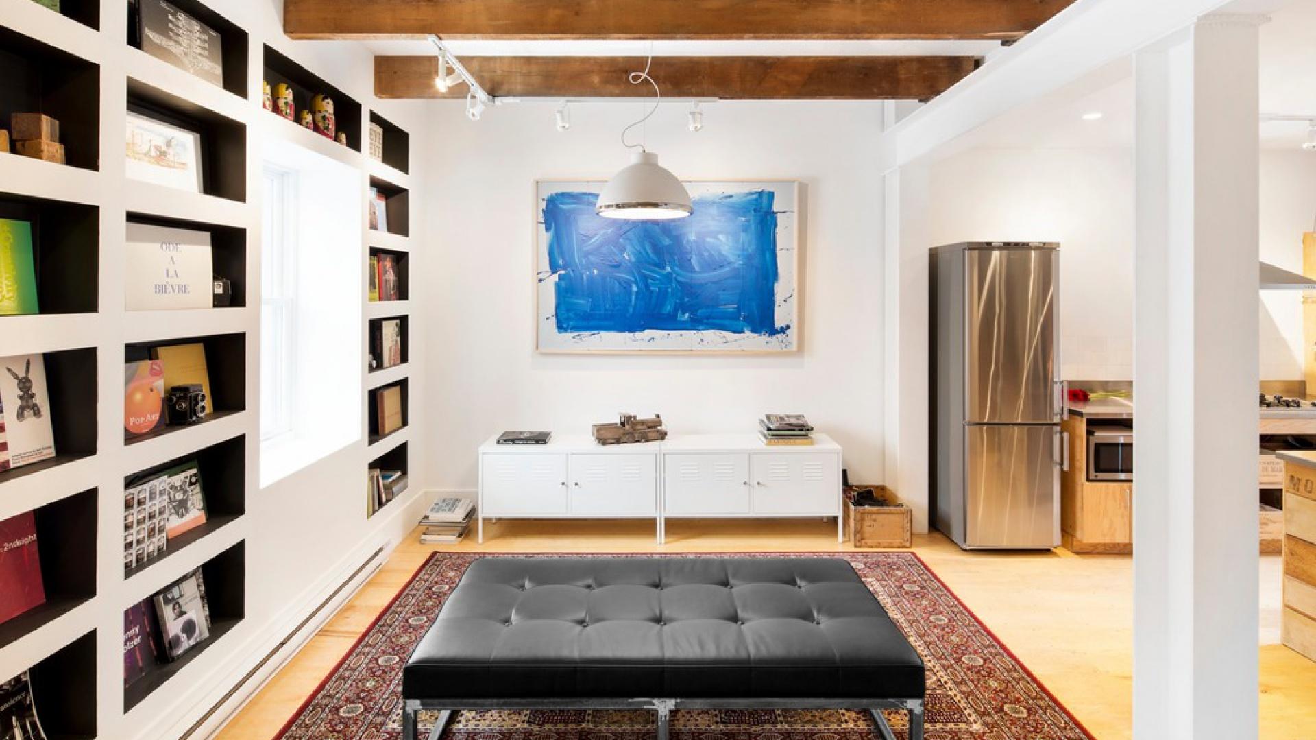 Odsłonięte stare drewniane belki wyeksponowano na tle białego sufitu i ścian. Projekt: MARK+VIVI. Fot. Adrien Williams.
