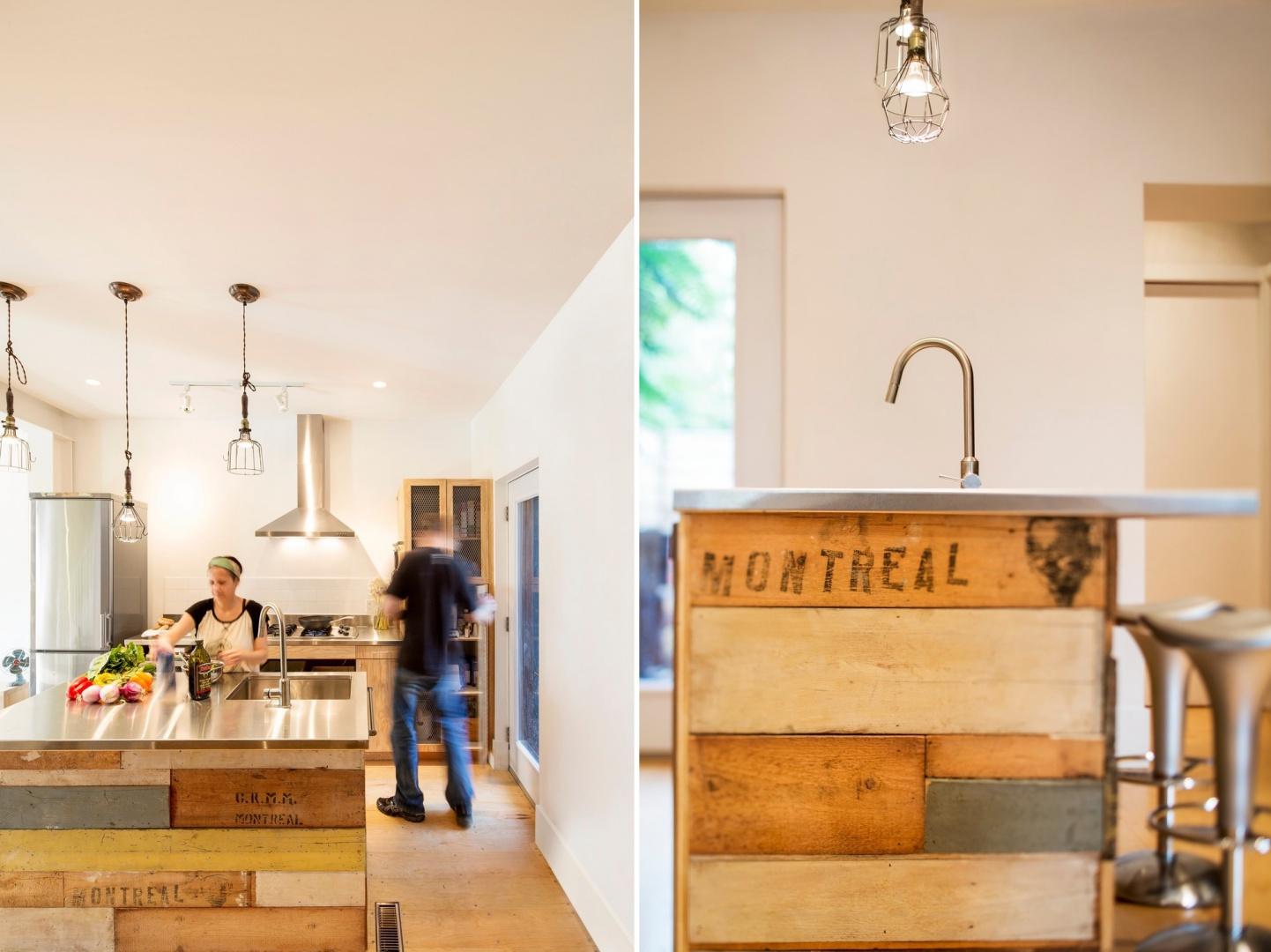 W centrum kuchni stanęła niesamowita wyspa ze stalowym blatem i drewnianą obudową z drewna paletowego. Projekt: MARK+VIVI. Fot. Adrien Williams.