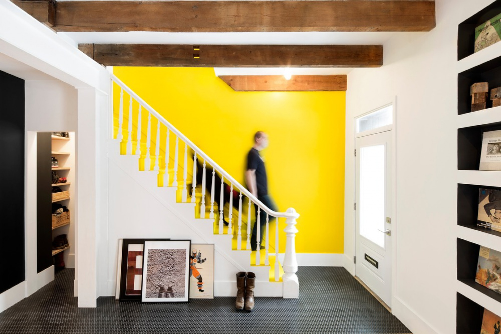 Klatkę schodową zaakcentowano intensywnym, żółtym kolorem na ścianie i stopniach schodów. Projekt: MARK+VIVI. Fot. Adrien Williams.