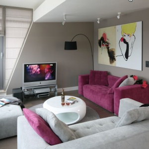 W tym salonie telewizor ustawiono na szafce RTV. Projekt: Małgorzata Borzyszkowska. Fot. Bartosz Jarosz