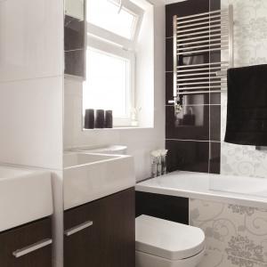 Ogromne lustro, przyklejone na jednej ze ścian, sprawia, że łazienka wydaje się dwukrotnie większa. Fot. Michał Jesse.