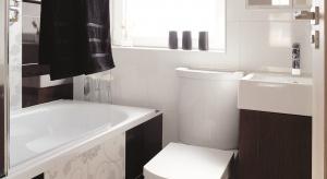 To łazienka w rozmiarze mini - z wanną i schowkami dla całej rodziny. Jest przykładem, że na bardzo małej powierzchni można mieć i wannę, i prysznic. Jest praktyczna i ładna.