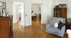 Zawsze cieszyły się popularnością, a ostatnio trwa ich renesans - klepki podłogowe zdobywają serca inwestorów i podbijają ich mieszkania.