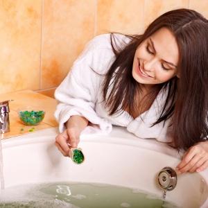 Kąpiel z pachnącymi olejkami to pomysł na szybkie odreagowanie stresu. Fot. Shutterstock.