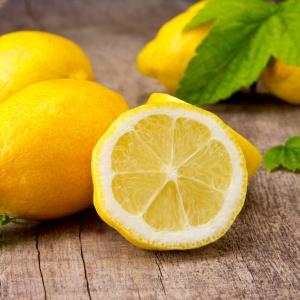 Olejek z cytryny poprawia samopoczucie i orzeźwia. Fot. Shutterstock.