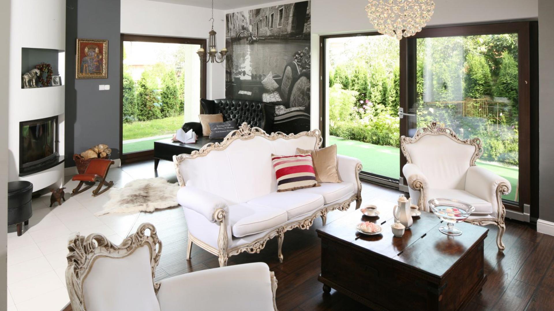 Białe stylowe meble, które projektantka sprowadziła z Belgii, a następnie odrestaurowała to perełki w aranżacji tego salonu. Projekt: Magdalena Konochowicz. Fot. Bartosz Jarosz.