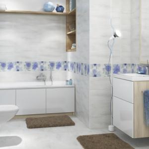Z błękitnymi dekorami, jak ręcznie malowanymi akwerelą - płytki ceramiczne Akwi marki Cersanit. Fot. Cersanit.
