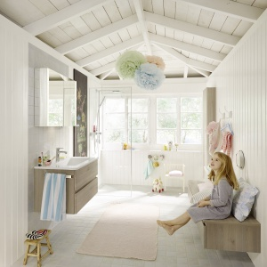 Dużo bieli i kolory drewna – meble łazienkowe Bel firmy Burgbad. Fot. Burgbad.
