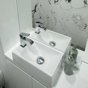 Umywalka to model z bocznie zamontowaną baterią, specjalnie przeznaczony do wąskich i nieustawnych wnętrz. Fot. Bartosz Jarosz.