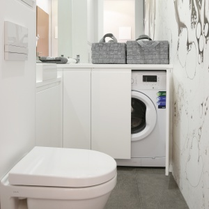 Łazienka z pralką ma zaledwie 3 metry kwadratowe powierzchni. Fot. Bartosz Jarosz.