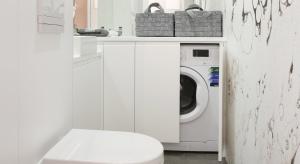 Ta łazienka to przykład, jak w małej i wąskiej łazience zmieścić pralkę i mnóstwo szafek. Pomieszczenie ma zaledwie 120 cm szerokości!