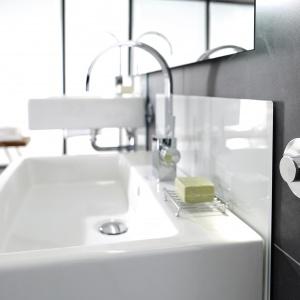 Przycisk bez elektroniki do obniżania i podwyższania umywalki. Fot. Viega.