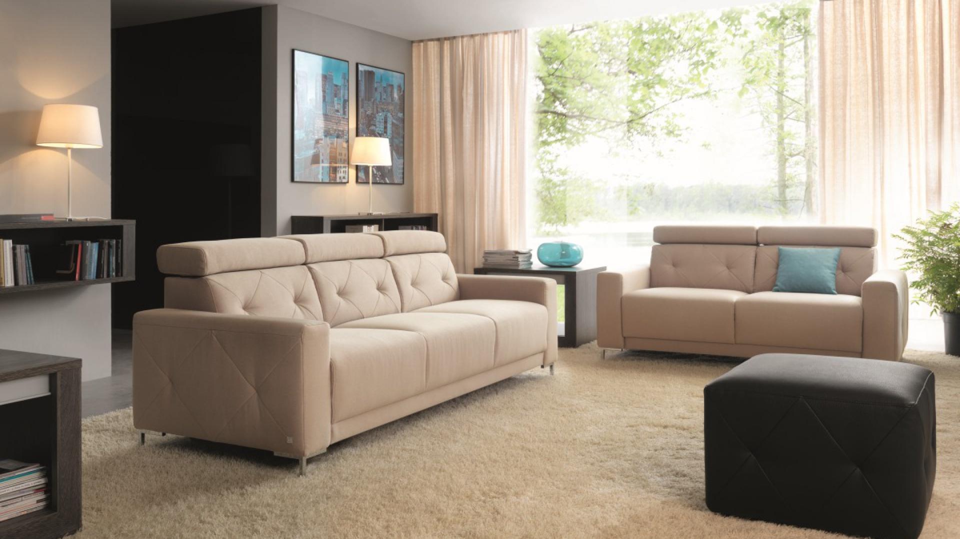"""Sofa """"Life"""" marki Wajnert. Modułowa kolekcja mebli pozwala na tworzenie sof i narożników o dowolnym kształcie i wielkości. Proste bryły z przeszyciami w kształcie rombów, doskonale wpisują się w nowoczesne wnętrza. Mebel posiada ruchome zagłówki. Fot. Wajnert"""