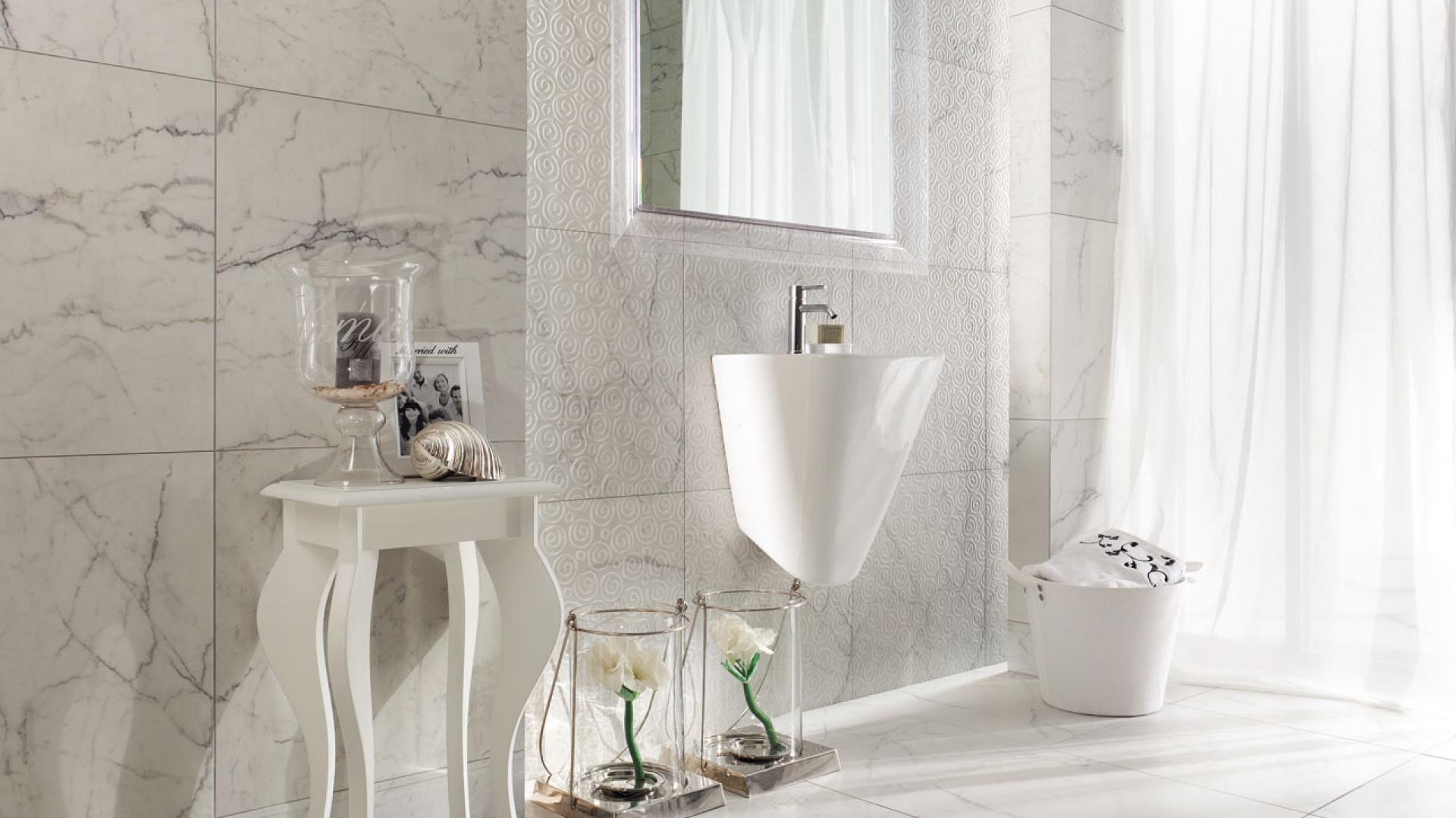 Jak prawdziwy marmur Carrara - płytki ceramiczne Carrara firmy Tubadzin. Fot. Tubądzin.