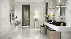 Biel to kolor bardzo chętnie wybierany do łazienek. Białe płytki ceramiczne ze wzorem kamienia to rozwiązanie modne, szykowne i ponadczasowe.