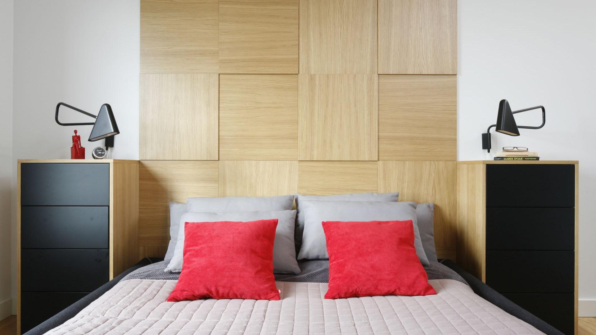Drewno to doskonały materiał do sypialni. Ociepla ją i nadaje przytulnego wyrazu. Zastosowane jako dekoracja ściany za łóżkiem będzie również nietuzinkową ozdobą. Projekt: Małgorzata Łyszczarz. Fot. Bartosz Jarosz.