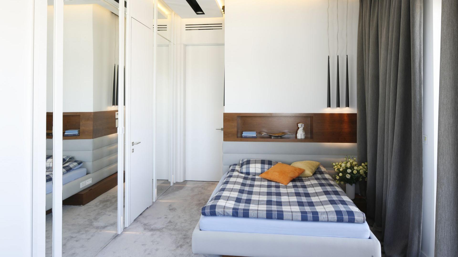 Półka nad łóżkiem to przydatna rzecz. Można na niej przechowywać książki czy lampkę nocną, może również stanowić alternatywę dla stolików nocnych. Projekt: Monika i Adam Bronikowscy. Fot. Bartosz Jarosz.